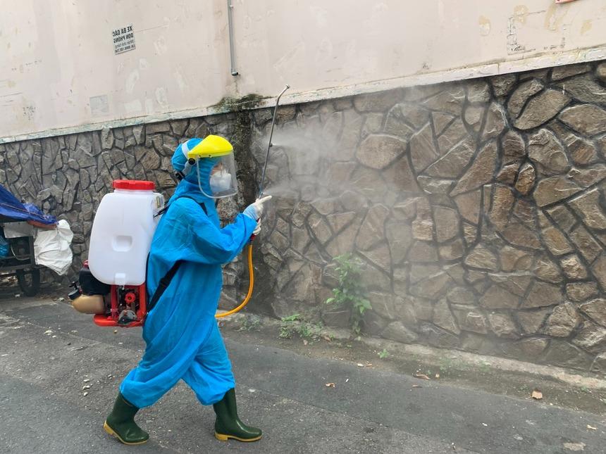Cô gái 17 tuổi, cao 1m52 với niềm vui như trúng số khi được tham gia đội phun khử khuẩn ở TP.HCM