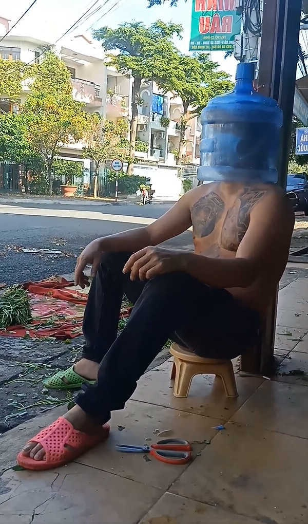 """Anh Minh Râu bán """"5 tỷ/bó rau"""" tự chế kính chống giọt bắn từ bình nước"""