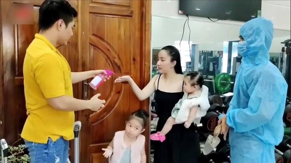 Lê Dương Bảo Lâm đưa vợ con