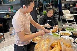 Vợ chồng Cường Đô La làm bánh mì thập cẩm hỗ trợ bà con mùa dịch: Một miếng khi đói bằng một gói khi no