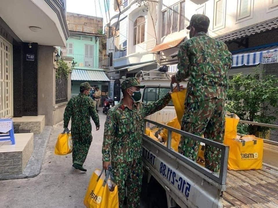 Từ hôm nay: Bộ đội đi chợ giúp dân, mang thực phẩm thiết yếu đến cho những người khó khăn