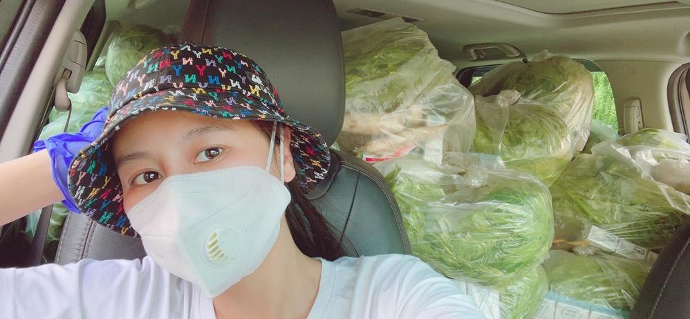 Nam Thư tự làm tài xế mang rau đến tận nhà cho bà con suốt những ngày dịch
