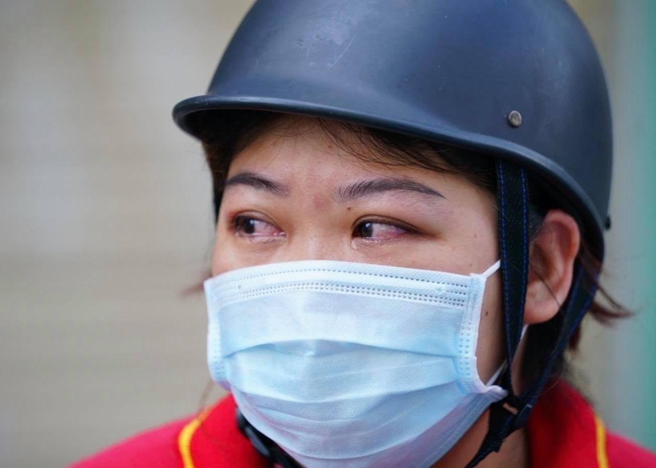 Ngày đầu siết chặt giãn cách ở Sài Gòn, đường xá vắng vẻ, có người phụ nữ bật khóc nức nở