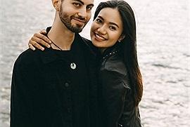 """Vượt """"bão"""" Covid, chàng trai Mỹ cầm tấm vé trên tay bay đến Sài Gòn cầu hôn bạn gái qua mạng"""