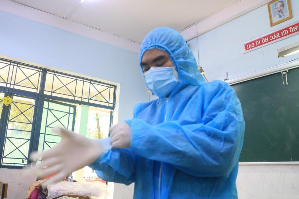 Bệnh nhận F0 trở nặng, bác sỹ Quân y ôm bình oxy chạy len lỏi qua con hẻm nhỏ để cấp cứu