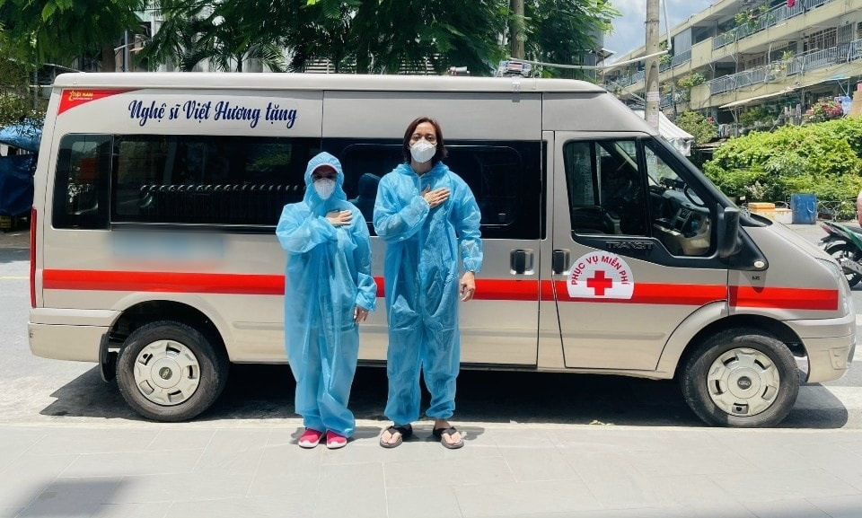 Chiếc xe cứu thương thứ 4 vợ chồng Việt Hương dành tặng các bệnh viện, khu cách ly