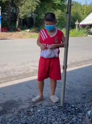 Cậu bé 7 tuổi mang xôi đến tặng các chú bộ đội gây bão mạng xã hội