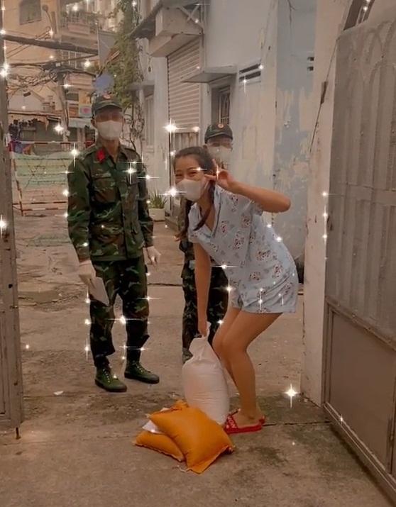Bộ đội mang gạo tới nhà, cô gái có hành động bất ngờ khiến ai cũng phì cười