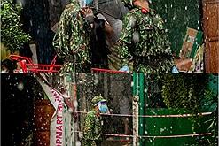 Các chiến sĩ dầm mưa mang rau củ tự trồng tặng bà con Sài Gòn: Các chú vất vả sao mà thương quá!