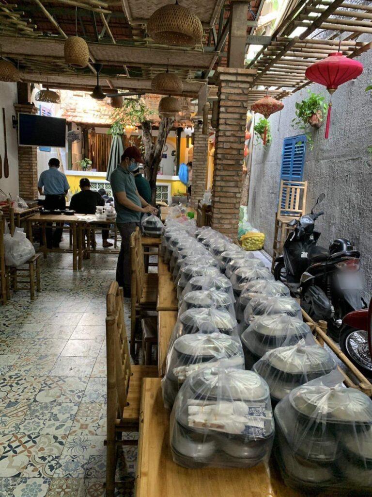 vợ chồng Trường Giang – Nhã Phương đã lặng lẽ tự chi tiền túi của mình ra để nấu tặng cho người dân