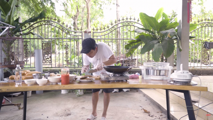 Trường Giang nấu ăn