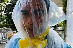 MC Quyền Linh bịt cả túi ni lông lên mặt thay cho đồ bảo hộ, lăn xả hết mình cùng bà con chống dịch