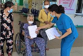 """Cụ bà 101 tuổi ở Đà Nẵng vừa được trở về nhà sau """"chiến thắng vẻ vang"""" trước Covid 19"""