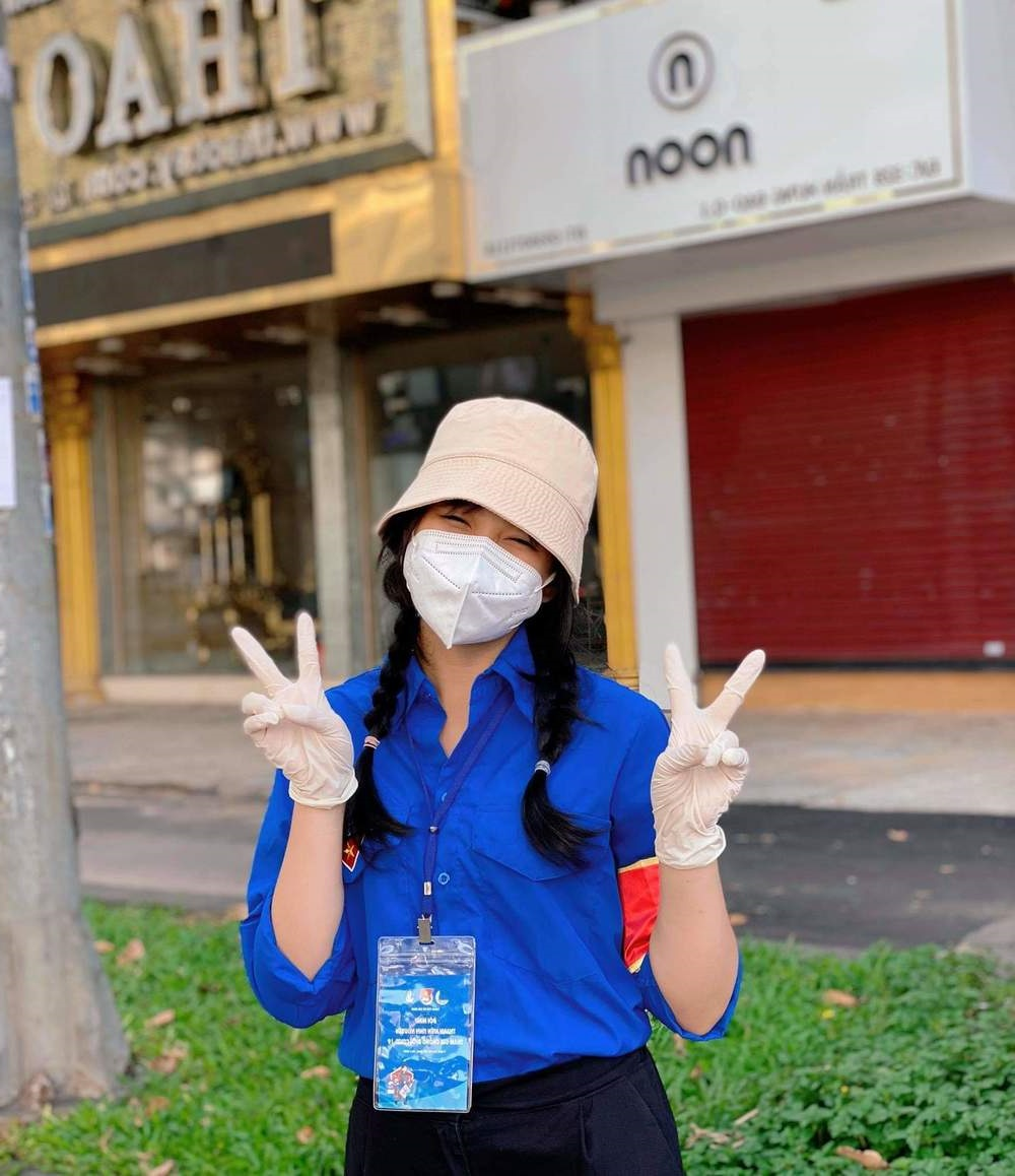 Cô gái đi tình nguyện chống dịch nên duyên anh công an trực chốt
