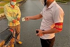 Thấy người đàn ông lén ra đường hái mít non cho vợ con đói ở nhà, anh dân quân không phạt mà còn đưa tiền để lo cơm nước