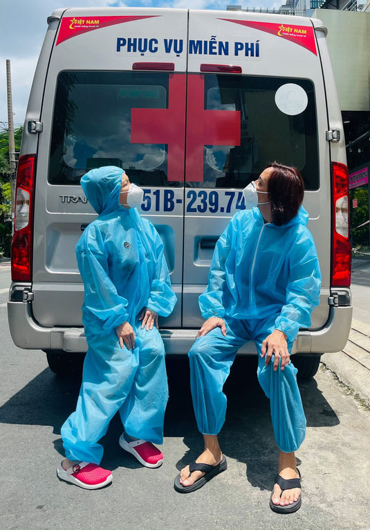 Vợ chồng Việt Hương - Hoài Phương chăm chỉ làm tình nguyện từ đầu mùa dịch