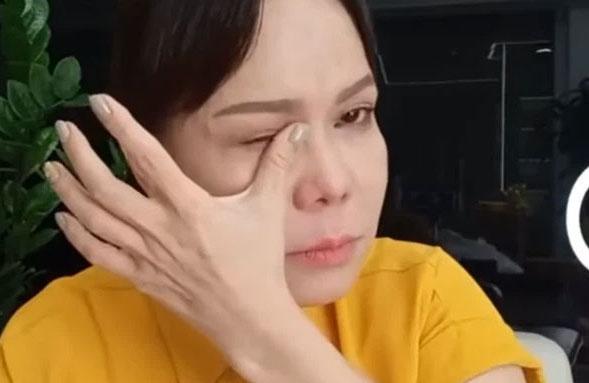 Bị kẻ xấu bẻ khóa lấy trộm khi đang đi từ thiện, Việt Hương vỡ òa khi được bà con tìm lại giúp cà vẹt xe