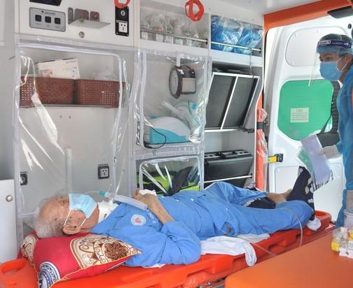 cụ ông 82 tuổi bị tai biến liệt nửa người đã chiến thắng covid