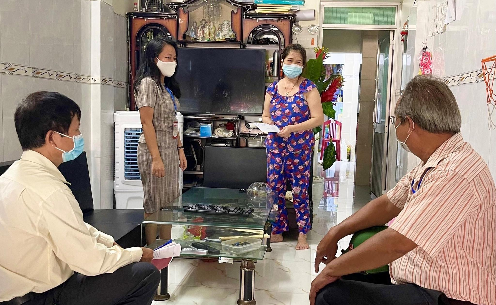 Dù ung thư vẫn đi giúp dân, bác trưởng ban mặt trận một khu dân cư ở Đà Nẵng kiệt sức ngất xỉu ngay tại chốt kiểm tra