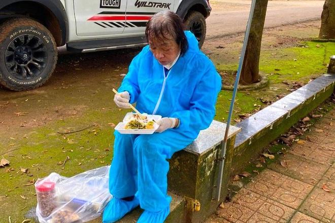 Chiến binh áo xanh 71 tuổi vẫn gõ cửa từng nhà xin từng suất quà tiếp ứng cho vùng dịch