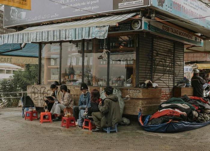 Sau 2 tháng giãn cách vì dịch Covid-19, người Đà Lạt háo hức ra đường, đi uống cà phê vui như tết