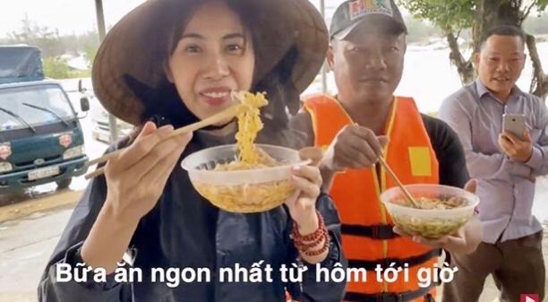 Thủy Tiên ăn mì tôm khi đi từ thiện