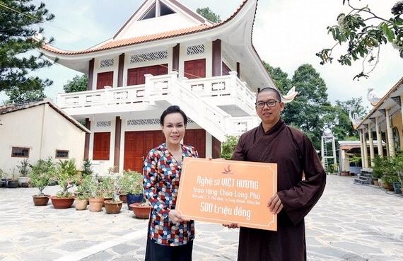 Việt Hương sau đó đã đến tận chùa tặng quyên góp