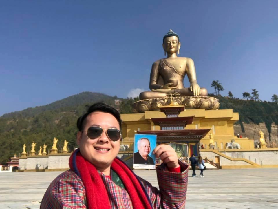 chàng trai đưa di ảnh bố du lịch khắp miền đất Phật Bhutan