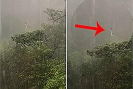 Cáp treo trục trặc, một du khách ở Đà Lạt phải chịu cảnh vừa lơ lửng giữa rừng vừa tắm mưa tầm tã