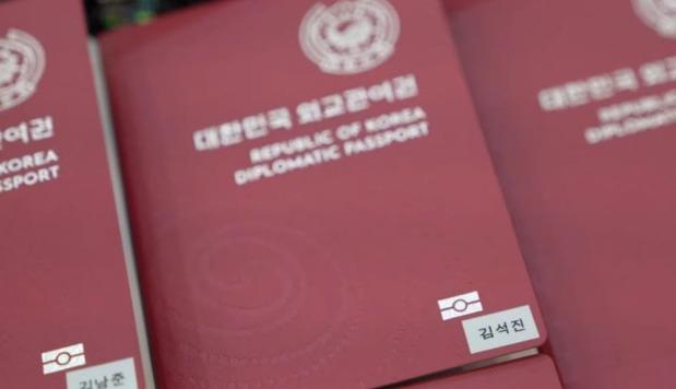 """Nhóm nhạc Hàn Quốc BTS nhận được đặc quyền """"khủng"""" gì khi sở hữu hộ chiếu ngoại giao"""