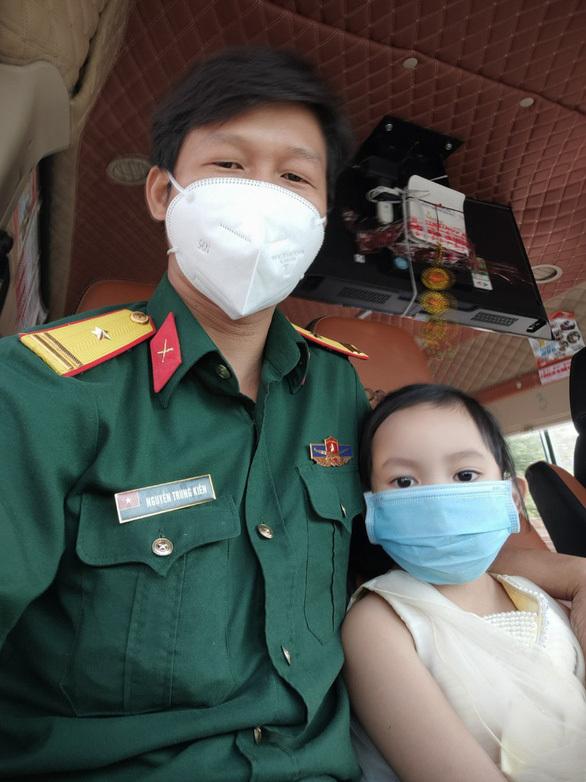 Thiếu tá K bên cạnh cô con gái nuôi