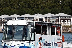 Chiếc xe buýt bất ngờ lao xuống sông khiến du khách hoảng sợ, hóa ra là tour du lịch hót hòn họt ở Paris