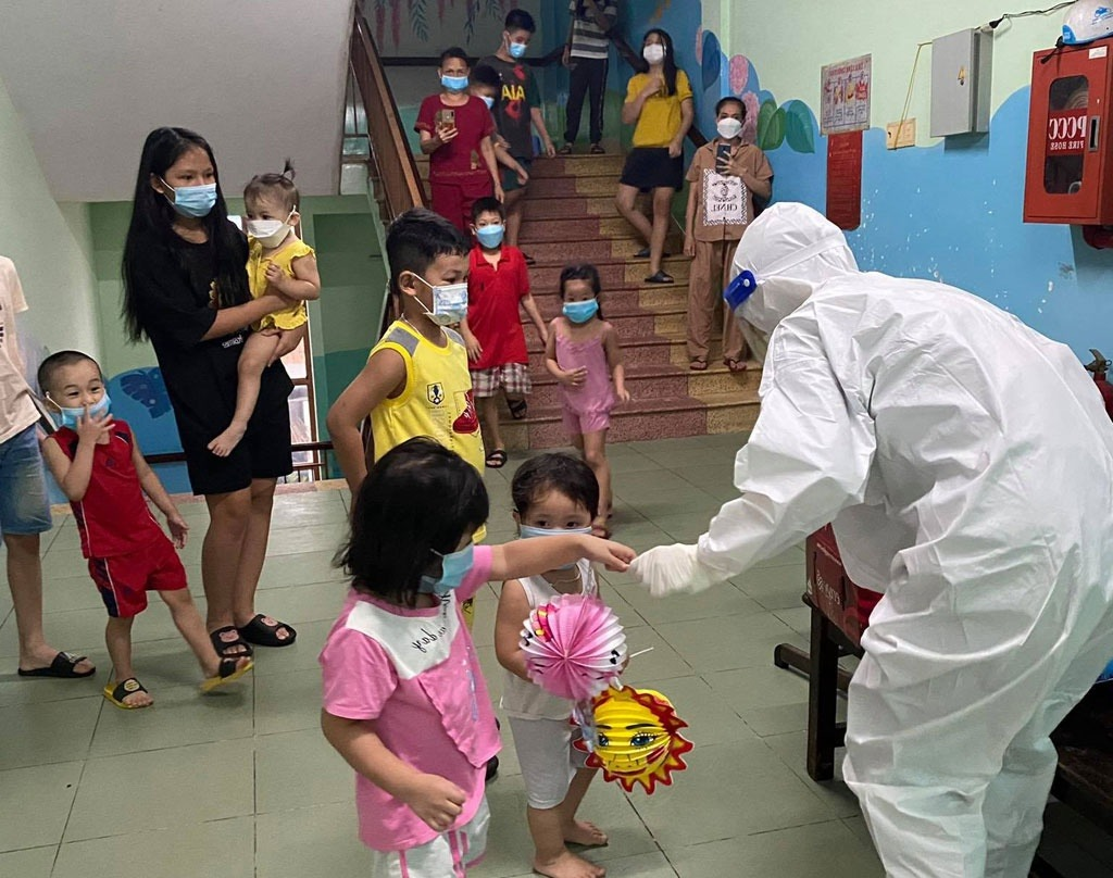 """Trung thu Sài Gòn mùa Covid-19: """"Ông địa"""" mặc đồ bảo hộ mang quà, không khí Tết Trung thu cho các em nhỏ"""