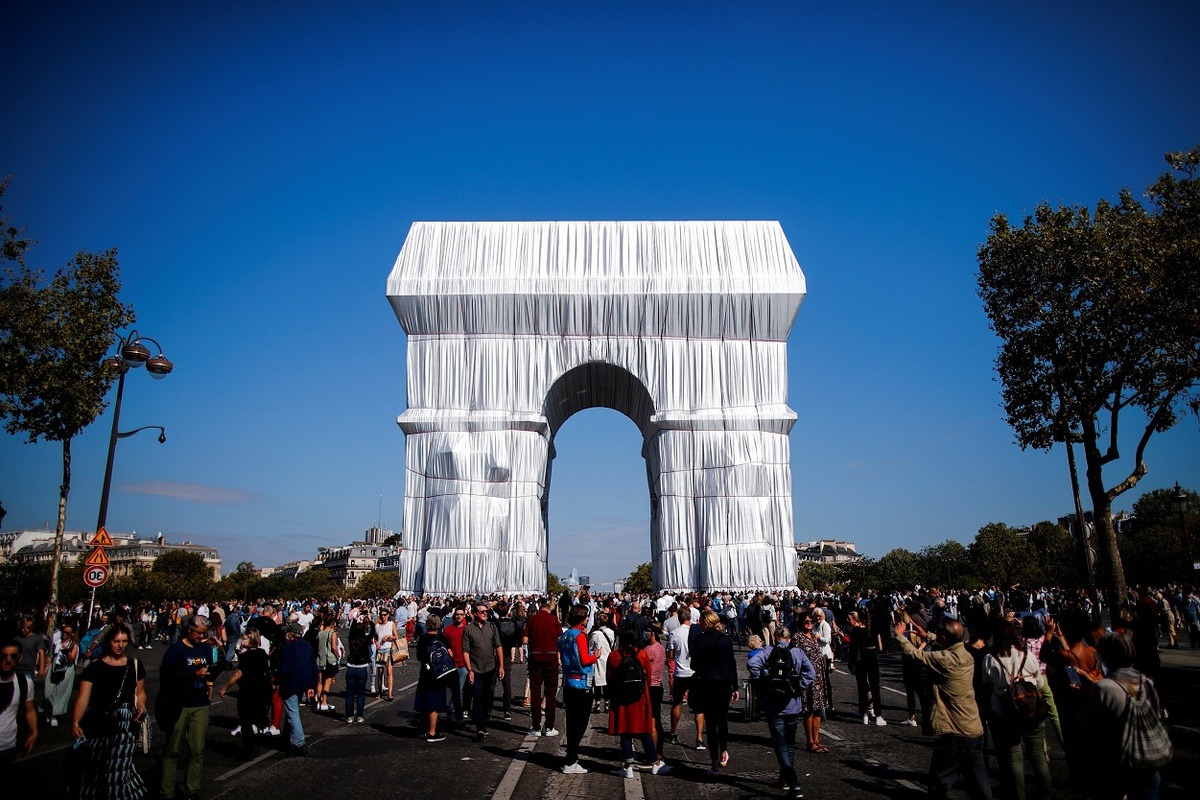 Zoom cận cảnh tác phẩm Khải Hoàn Môn được bọc 25.000m2 vải ở thủ đô Paris, Pháp