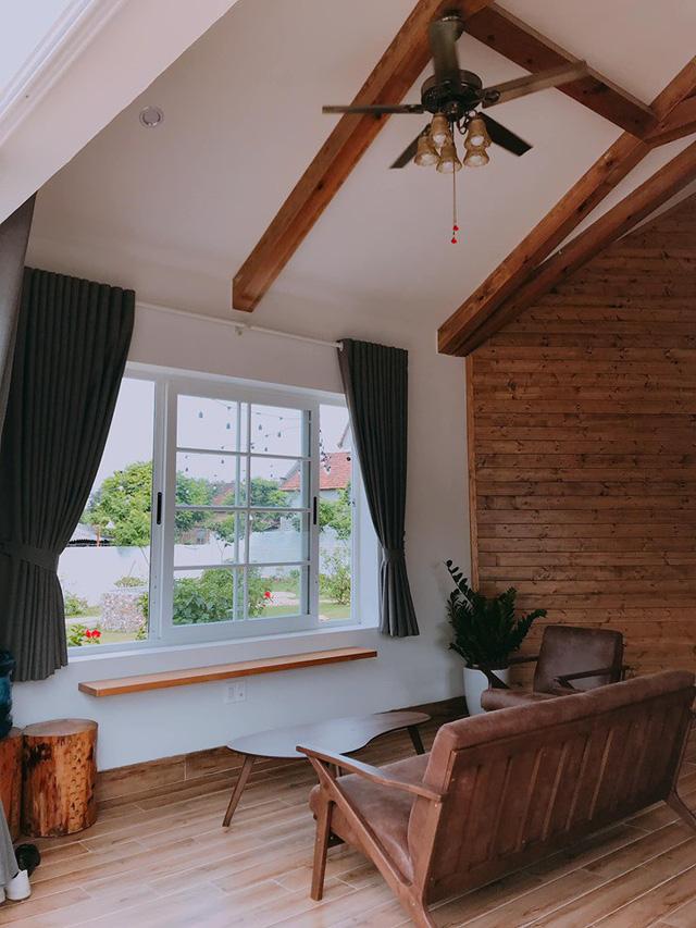 Ngôi nhà được thiết kế có nhiều cửa sổ, giúp tận dụng tối đa ánh sáng tự nhiên vào căn phòng