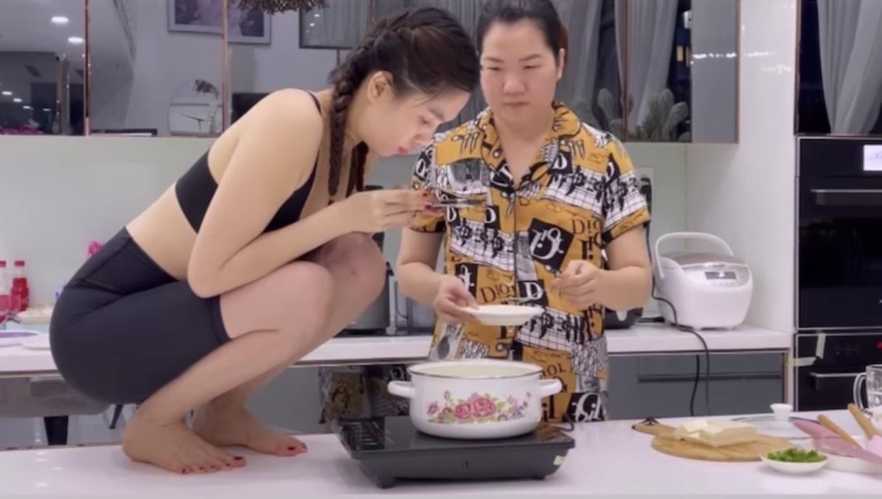 Ngọc Trinh trèo hẳn lên bàn bếp chụp ảnh sống ảo