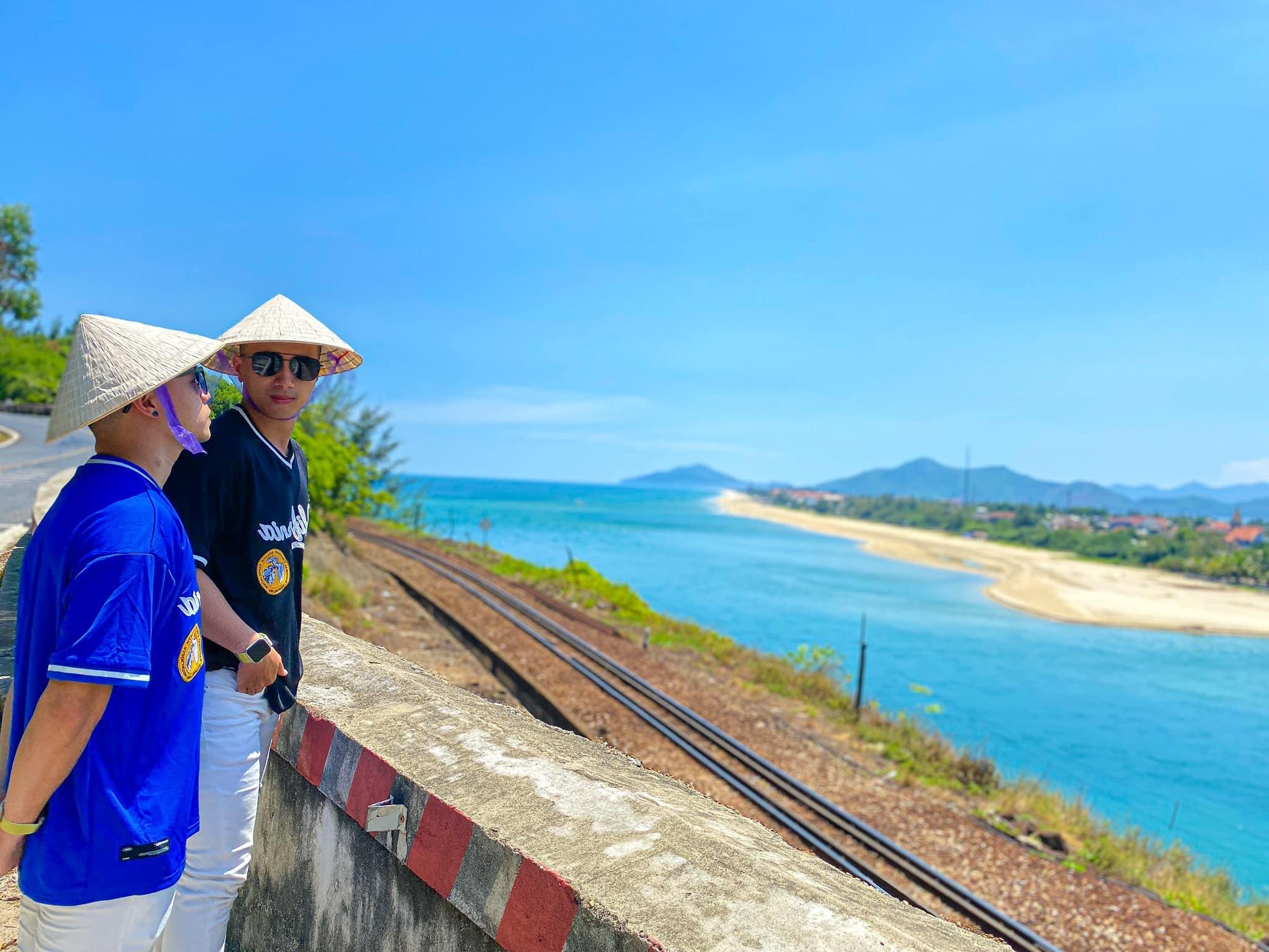 cặp đôi trai đẹp tình bể bình checkin ở Huế, Sa Pa, Đà Lạt