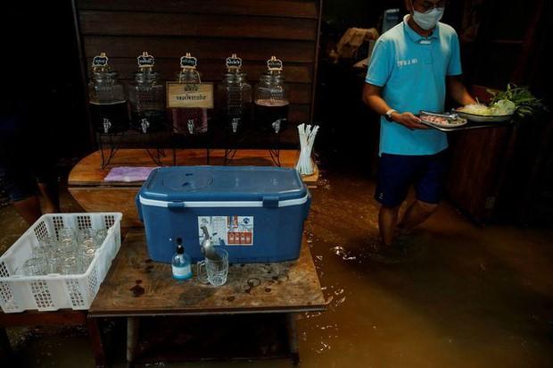 bà chủ của nhà hàng ở Thái Lan này sáng tạo mô hình ăn giữa biển nước thu hút thực khách
