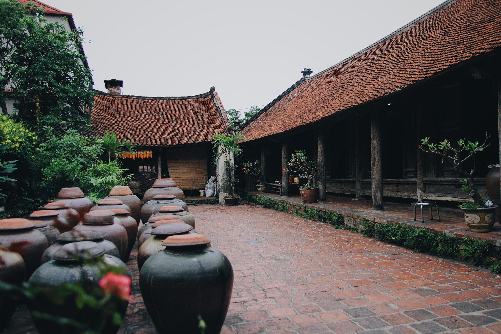 Căn nhà cổ của ông Hà Nguyên Huyến lại có khoảng sân rộng xếp đều tăm tắp các vại tương