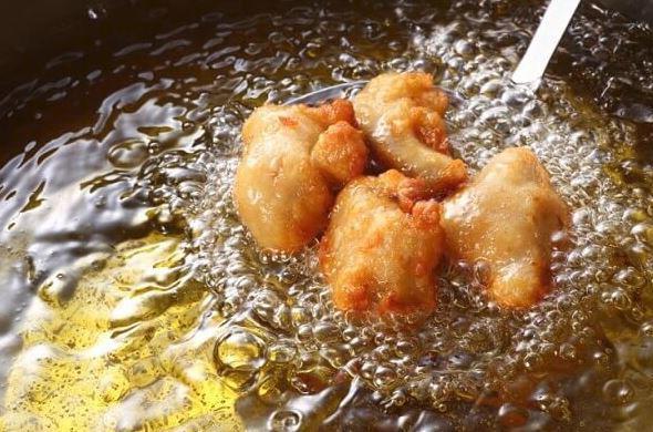 chiên gà trong chảo dầu
