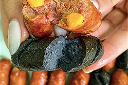 """""""Khó thế cũng nghĩ ra"""": Xúc xích tinh than tre và xúc xích trứng muối siêu lạ miệng cho bộ sưu tập món ăn vặt mùa đông"""