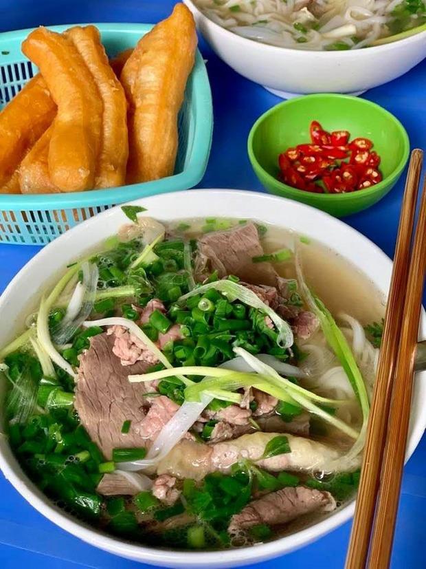 người dân ào đi ăn phở sau khi Hà Nội mở lại hàng ăn