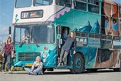 """4 cô gái cải tạo """"nhà trọ di động"""" từ chiếc xe buýt rẻ tiền, vừa được vi vu thỏa thích, vừa kiếm nghìn đô mỗi tuần"""